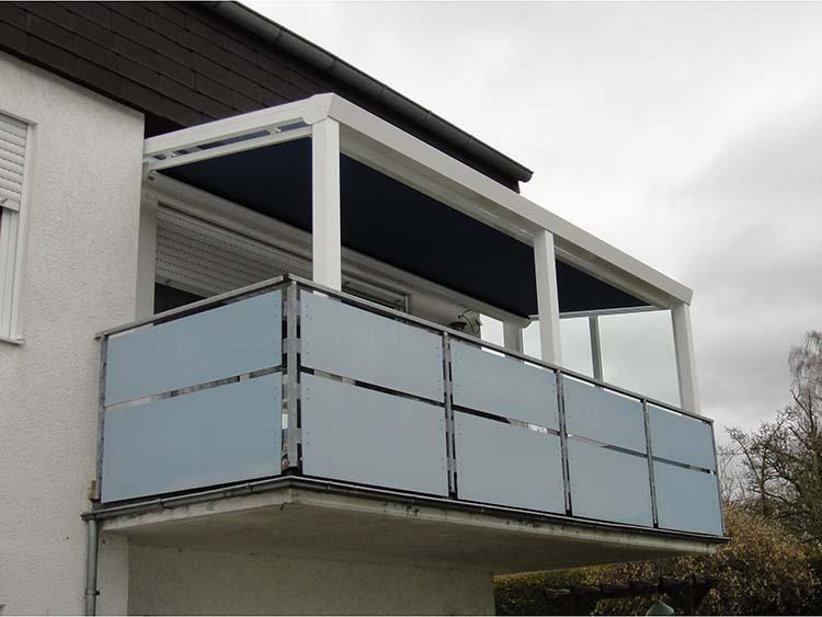 Funktionale Balkonüberdachung aus Aluminium in weiß mit integrierter Unterdachmarkise