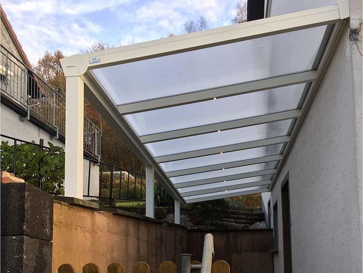 Eingangsüberdachung aus Aluminium in weiß mit Polycarbonat 16mm. Dacheindeckung und integrierter LED-Beleuchtung