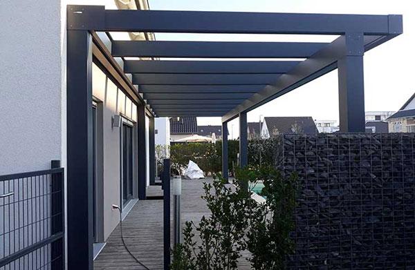 Freistehende Terrassenüberdachung Lux Life aus Aluminium anthrazit mit 8mm VSG Sicherheitsglas
