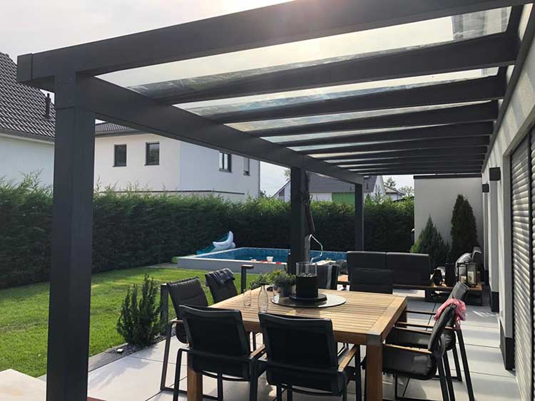 Terrassenüberdachung Lux Life aus Aluminium anthrazit mit 8mm VSG Sicherheitsglas