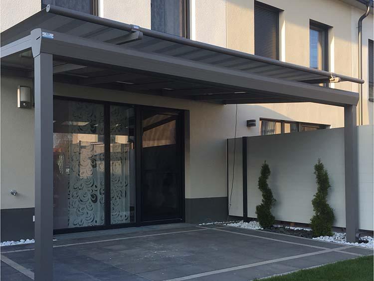 Terrassenüberdachung Top-Paket aus Aluminium und Glas mit Aufdach und einer Markise in Grau
