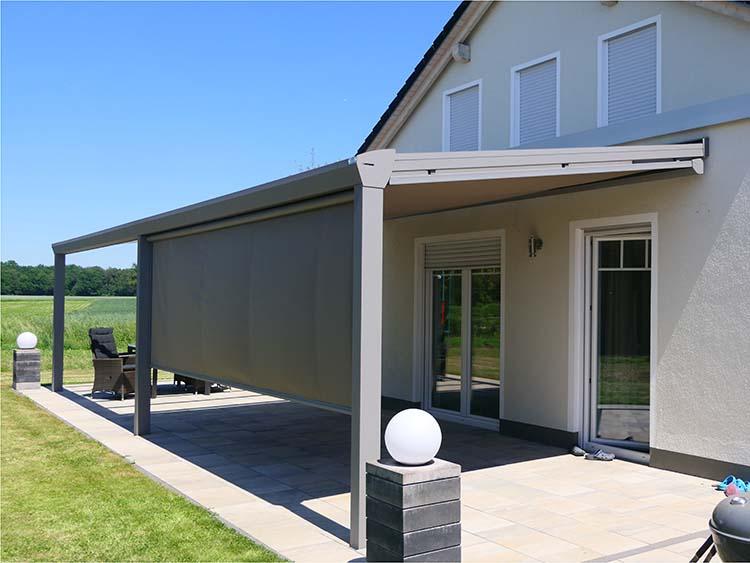 Terrassenüberdachung Top-Paket aus Aluminium und Glas mit einer Seitenmarkise