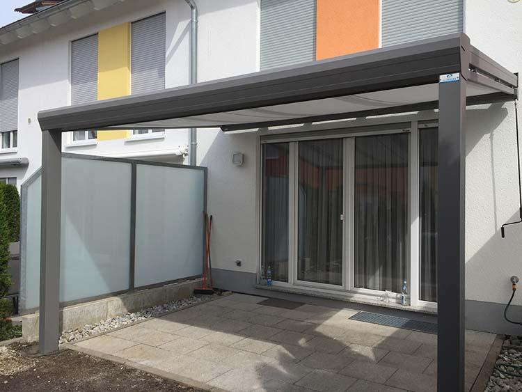 Terrassenüberdachung Top-Paket aus Aluminium und Glas mit einer Überdachungsmarkise