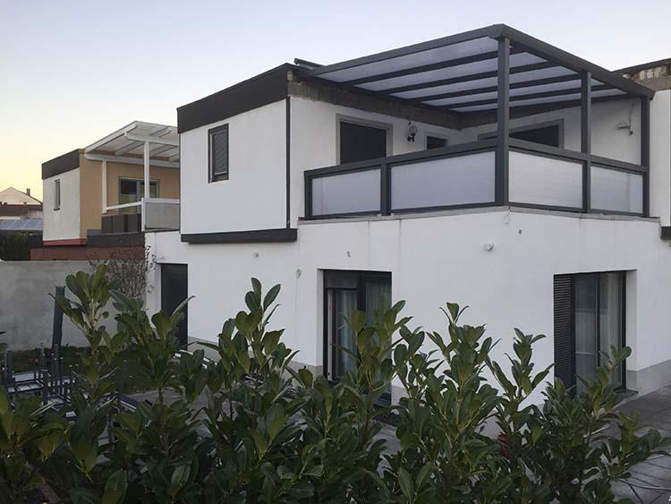 Terrassenüberdachung Trend-Paket aus Aluminium mit Polycarbonat 16mm und Geländerausbildung in Anthrazit