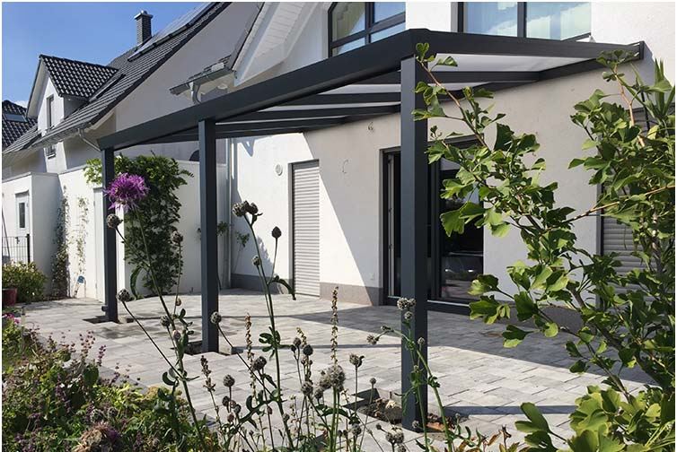 Terrassenüberdachung aus Aluminium anthrazit mit integrierter LED Beleuchtung