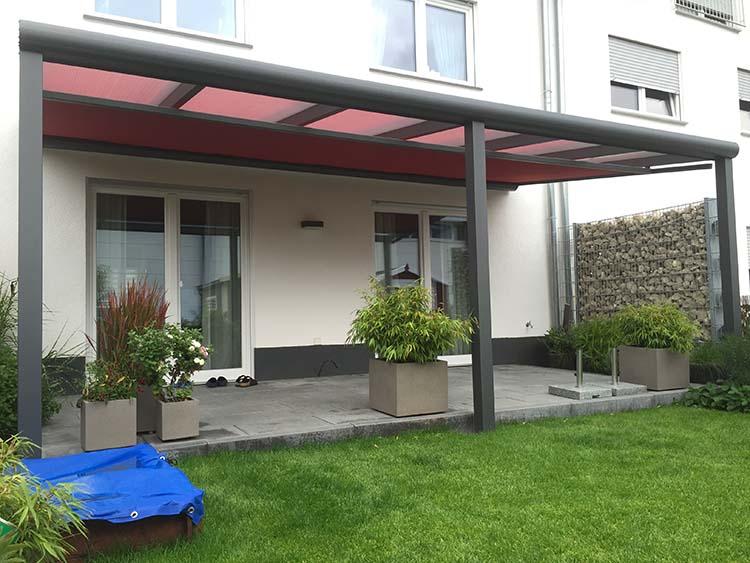 Terrassenüberdachung in Aluminium anthrazit mit 8mm VSG Glas Eindeckung und Unterbaumarkise