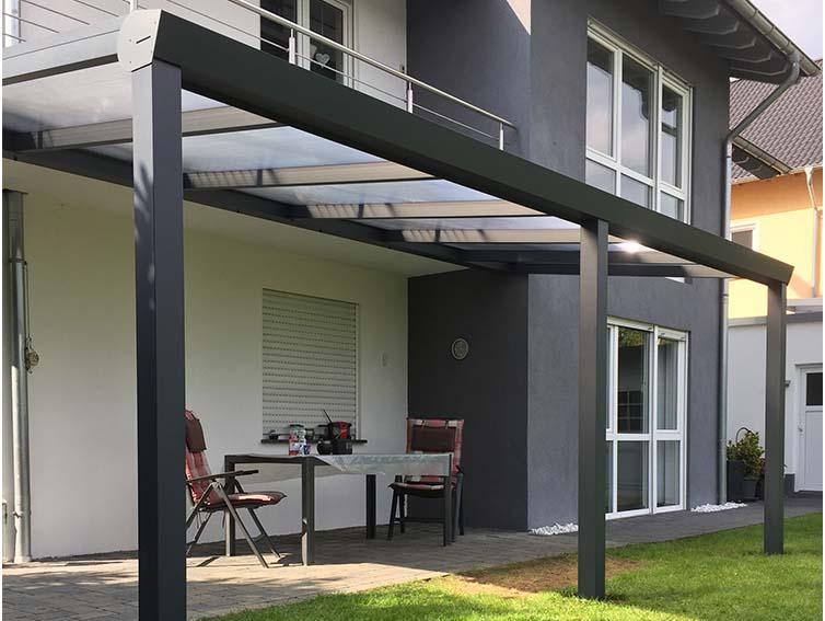 Terrassenüberdachung in Aluminium anthrazit mit Polycarbonat 16 mm Eindeckung