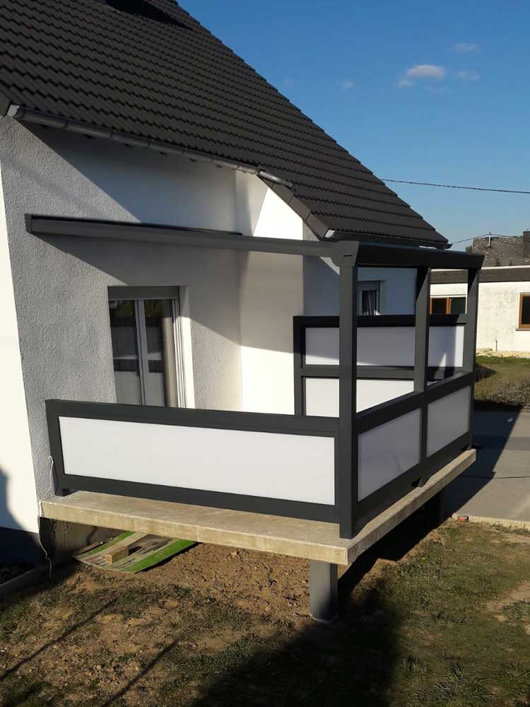 Terrassenüberdachung aus Aluminium anthrazit mit 8mm VSG Glas und Aluminium Sichtschutzwänden mit Polycarbonat