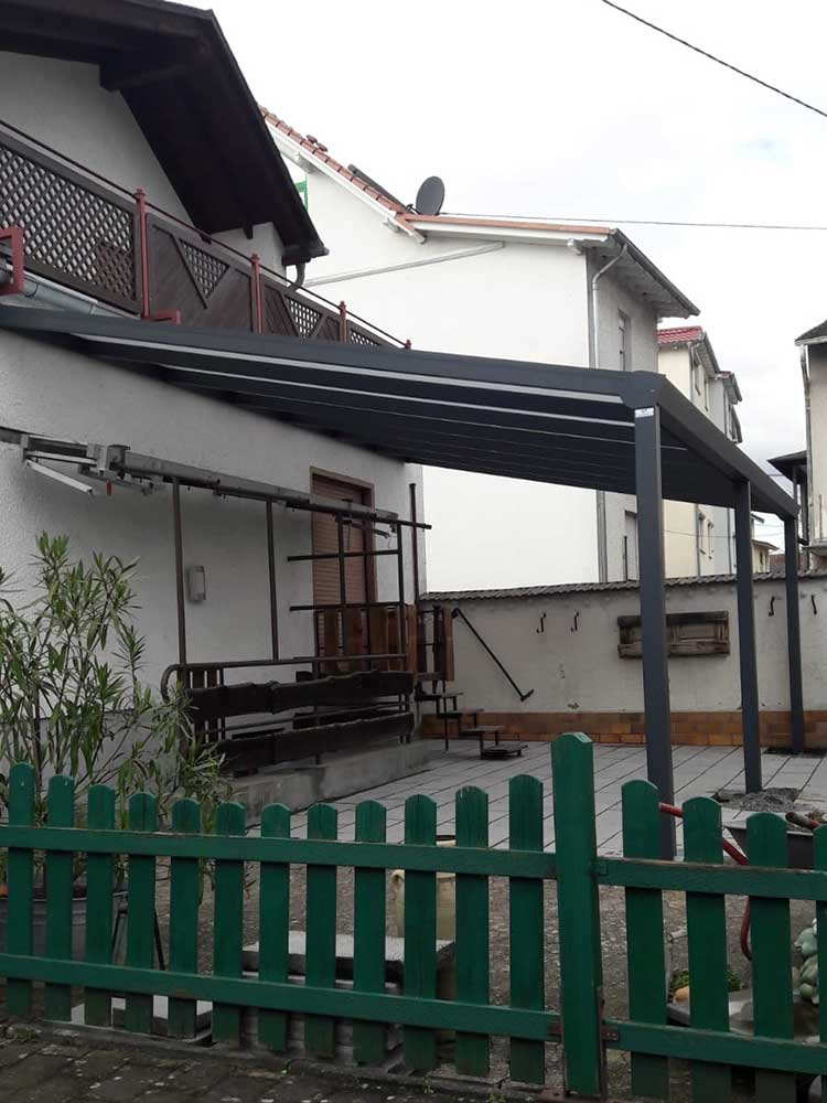 Terrassenüberdachung aus Aluminium anthrazit mit 16mm Polycarbonat Platten