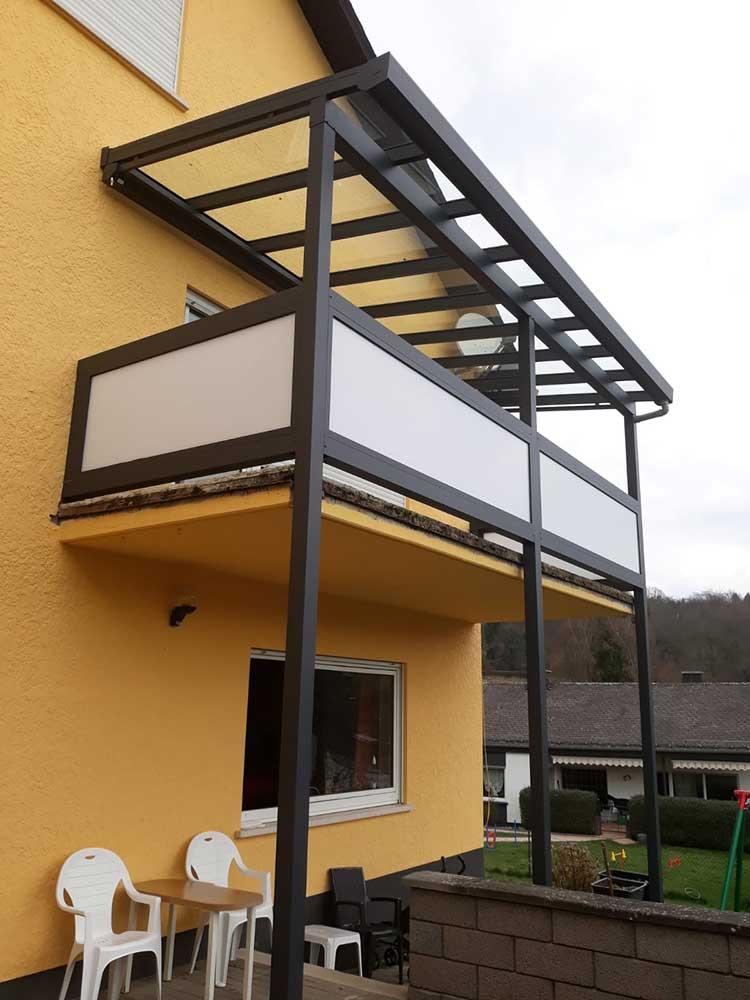 Balkonüberdachung aus Aluminium anthrazit mit 8mm VSG Glas und Sichtschutzwänden mit Polycarbonat