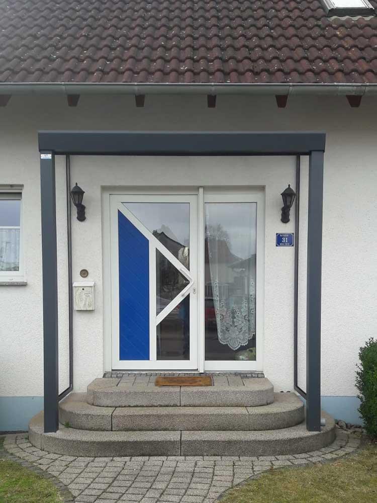 Eingangsüberdachung aus Aluminium anthrazit mit 8mm VSG Glas und Seitenverglasung