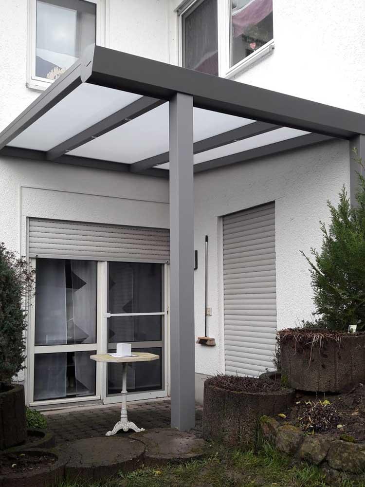 Terrassenüberdachung aus Aluminium in grau mit 16mm Polycarbonat Dacheindeckung
