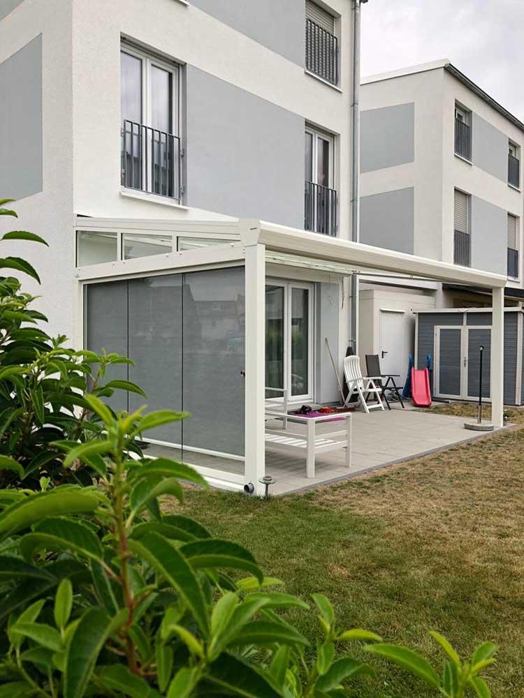 Terrassenüberdachung aus Aluminium weiß, 8mm VSG Glas mit Seitenrechtmarkise und Schiebeanlage