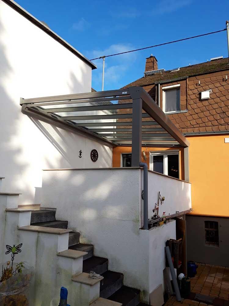 Balkonüberdachung aus Aluminium anthrazit, 8mm VSG Sicherheitsglas und Unterbaumarkise
