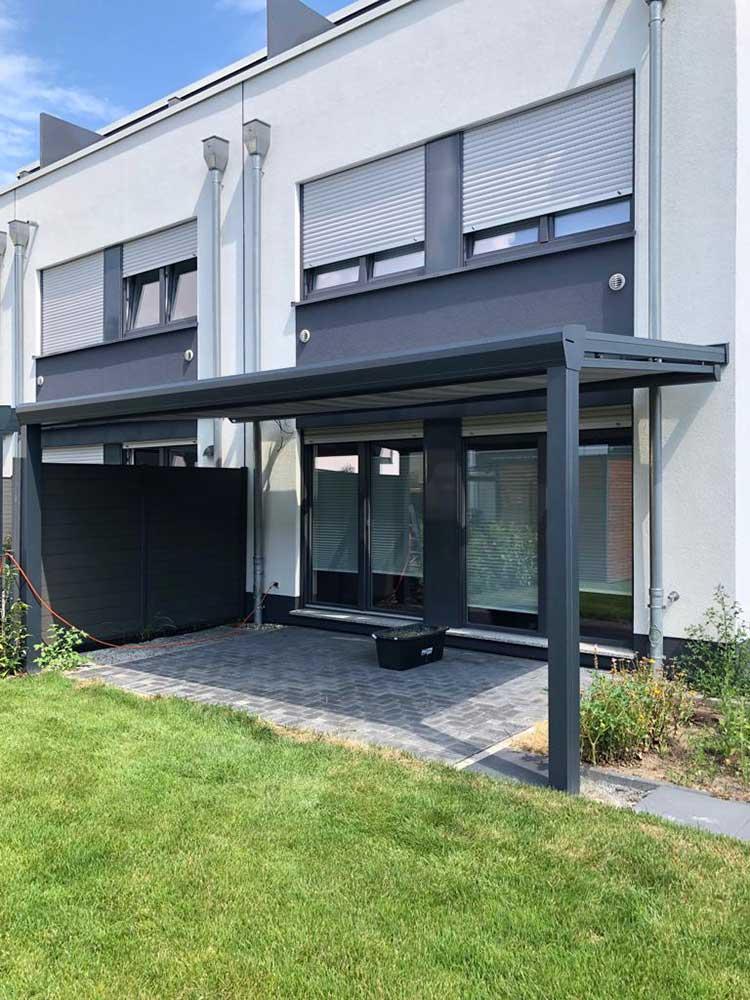 Terrassenüberdachung aus Aluminium anthrazit, 8mm VSG Sicherheitsglas und Unterdachmarkise