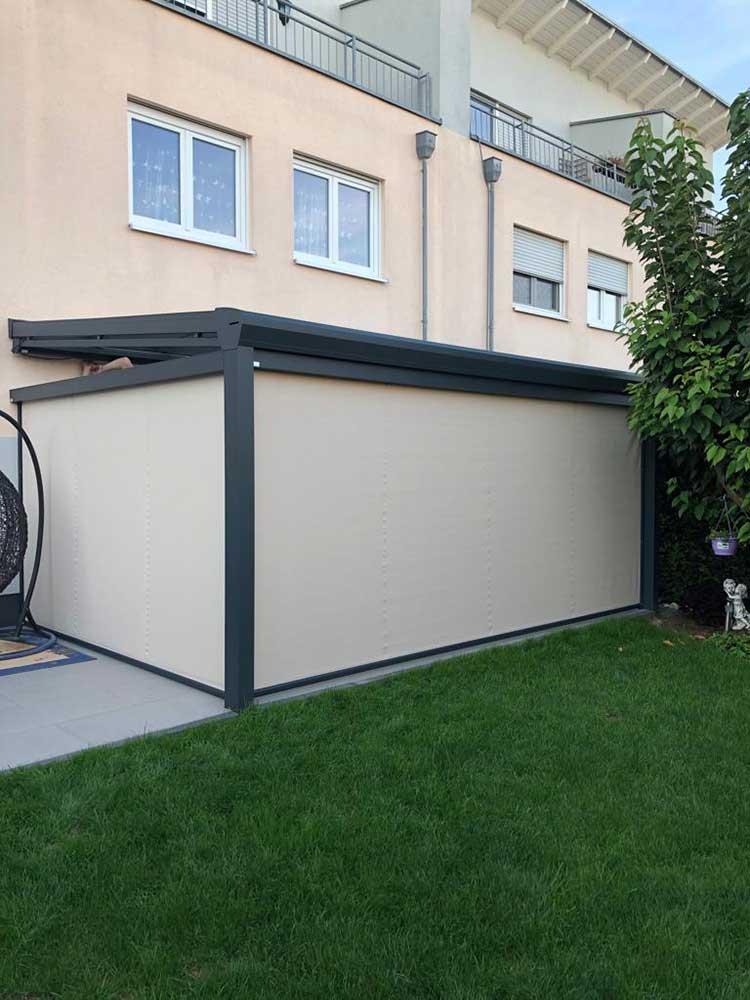 Terrassenüberdachung aus Aluminium anthrazit, 8mm VSG Sicherheitsglas, vordere- und Seiten Senkrechtmarkisen sowie eine Unterbaumarkise