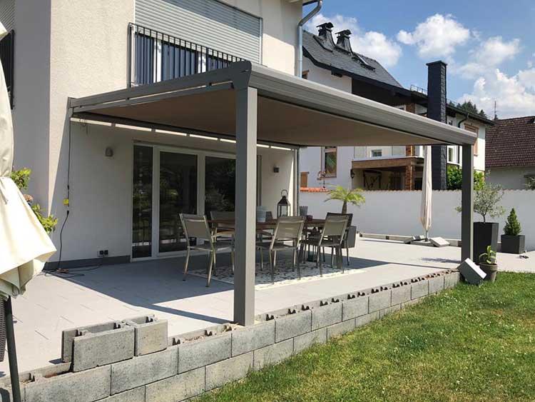 Terrassenüberdachung aus Aluminium anthrazit, 8mm VSG Glas mit Unterdachmarkise