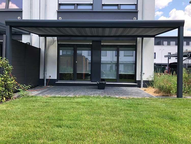 Terrassenüberdachung aus Aluminium mit 8mm VSG Glas und Unterdachmarkise