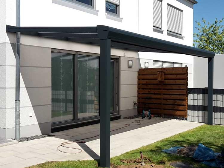 Terrassenüberdachung aus Aluminium mit 8mm VSG Glas in anthrazit