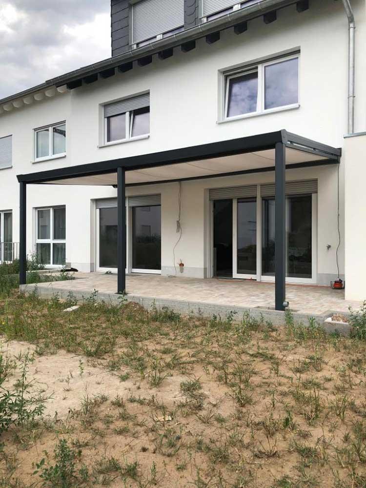 Terrassenüberdachung aus Aluminium anthrazit mit 8mm VSG Sicherheitsglas und Unterdachmarkise