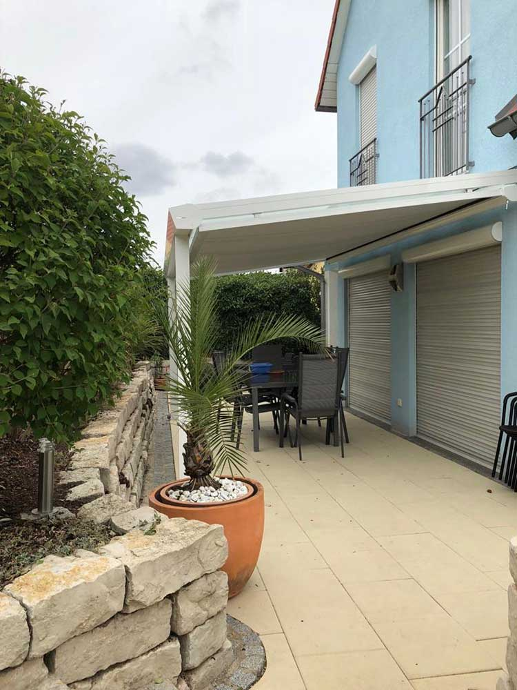 Terrassenüberdachung aus Aluminium weiß mit 8mm VSG Glas Dacheindeckung und integrierter Unterbaumarkise