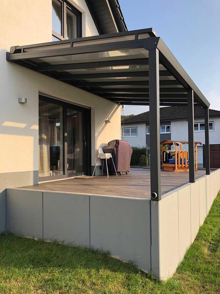 Terrassenüberdachung aus Aluminium anthrazit, 8mm VSG Glas und Aufdachmarkise