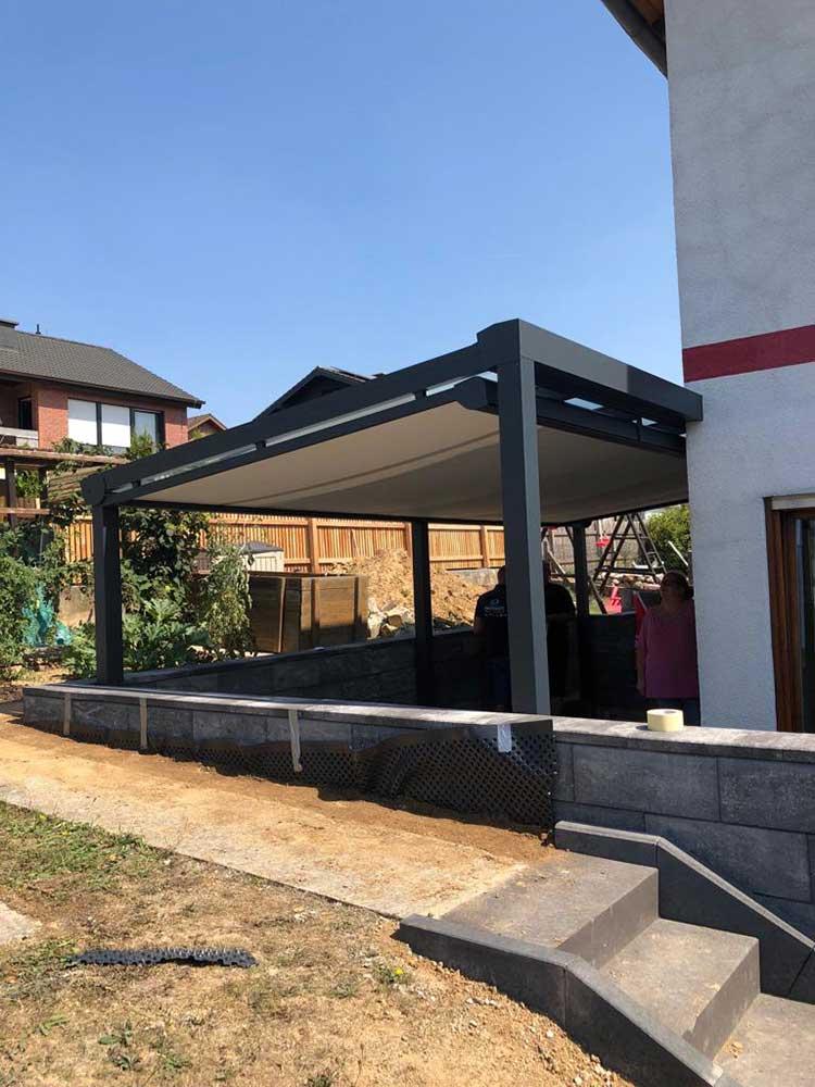 Terrassenüberdachung aus Aluminium anthrazit, 8mm VSG Glas und Unterdachmarkise