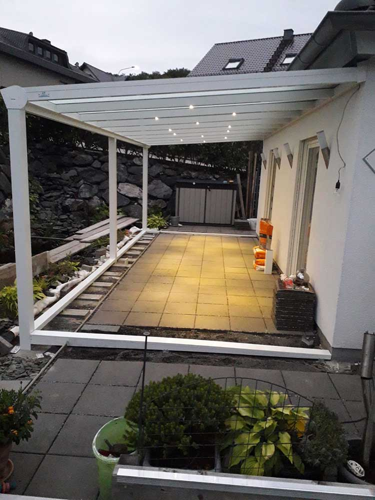 Terrassenüberdachung aus Aluminium weiß mit 8mm VSG Glas Dacheindeckung und integrierter LED-Beleuchtung
