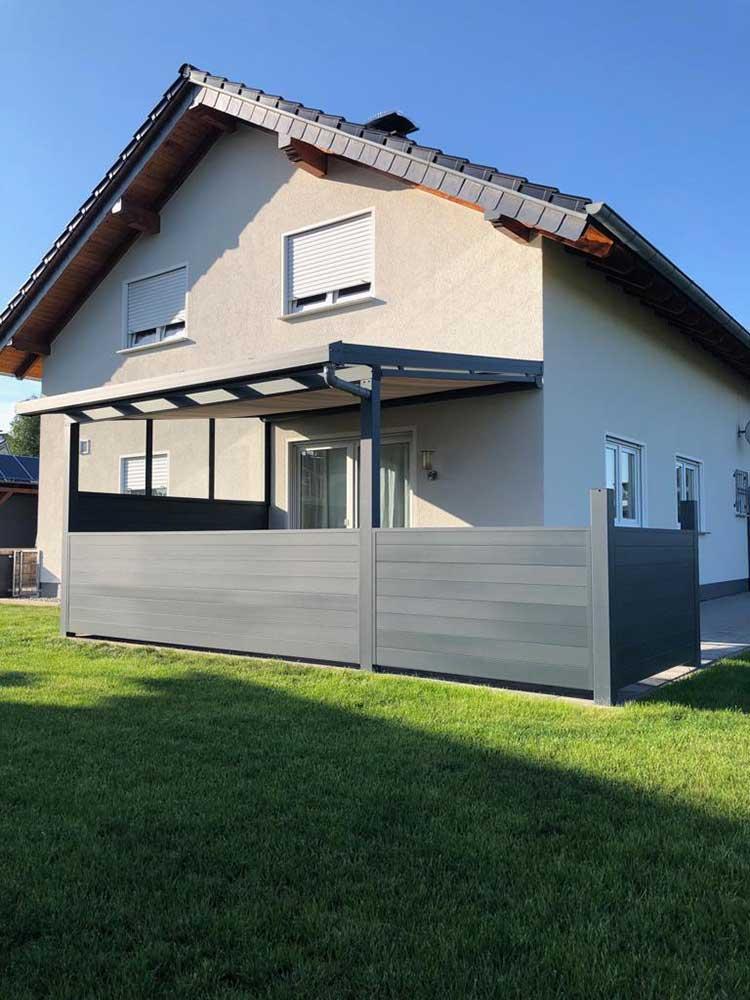 Terrassenüberdachung aus Aluminium anthrazit mit 8mm VSG Glas, Unterbaumarkise und Aluminium Sichtschutzwand