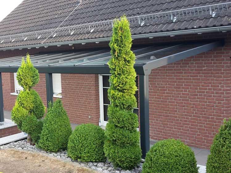 Terrassenüberdachung aus Aluminium anthrazit mit 8mm VSG Glas