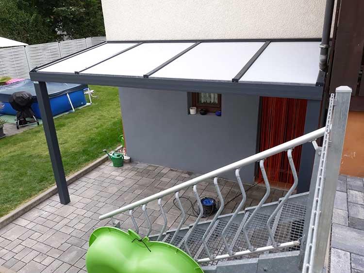 Vordach / Kellerüberdachung aus Aluminium anthrazit mit 16mm Polycarbonat Eindeckung