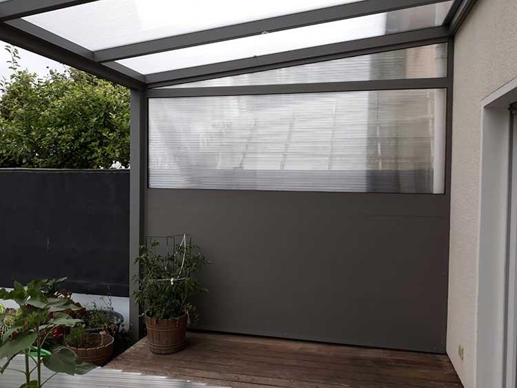 Terrassenüberdachung aus Aluminium anthrazit mit Polycarbonat 16mm Dacheindeckung und Seitenwand