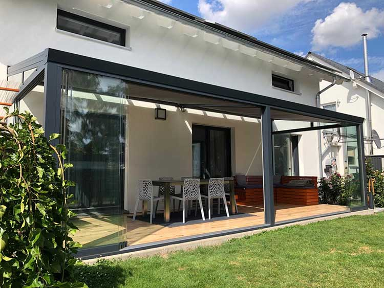 Sommergarten aus Aluminium anthrazit mit 8mm VSG Glas, Seitenschiebeanlagen und Unterdachmarkise