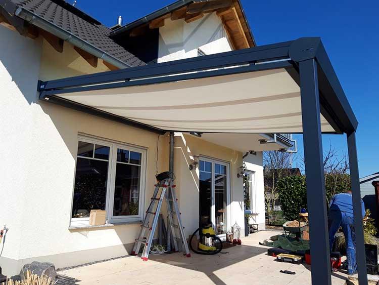 Terrassenüberdachung aus Aluminium anthrazit mit 8mm VSG Glas und Unterdachmarkise