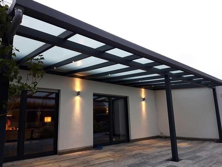 Terrassenüberdachung aus Aluminium anthrazit mit 16mm Polycarbonat Eindeckung und integrierter LED-Beleuchtung